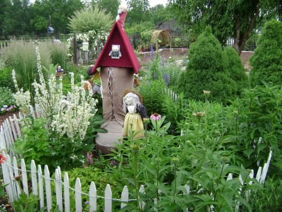 Маленький игрушечный домик в саду