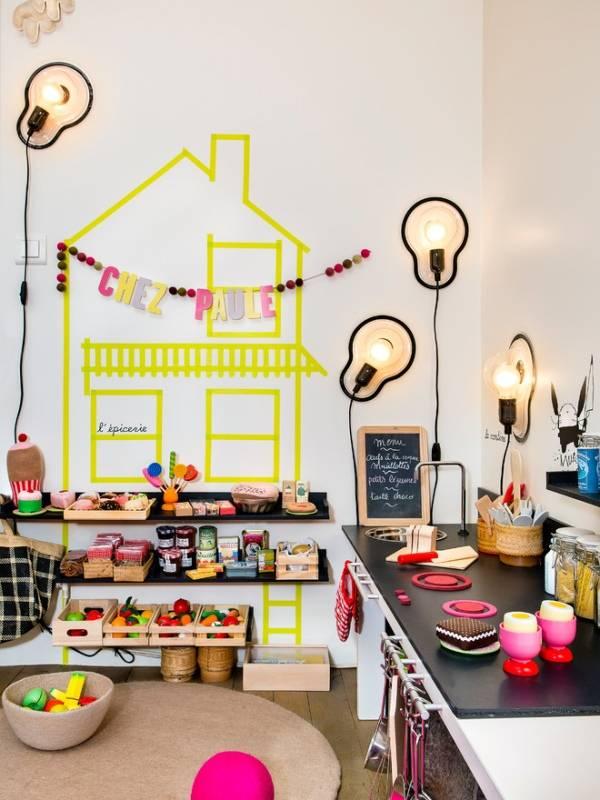 Игрушечная кухня в детской комнате