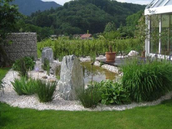 Красивые камни в саду