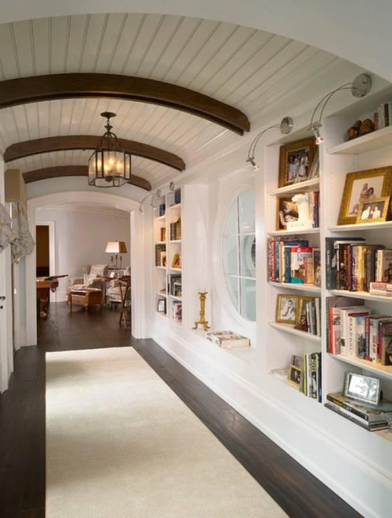 Дизайн коридора со встроенным книжным шкафом
