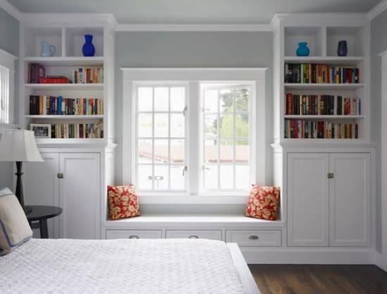 Книжные шкафы с банкеткой возле окна