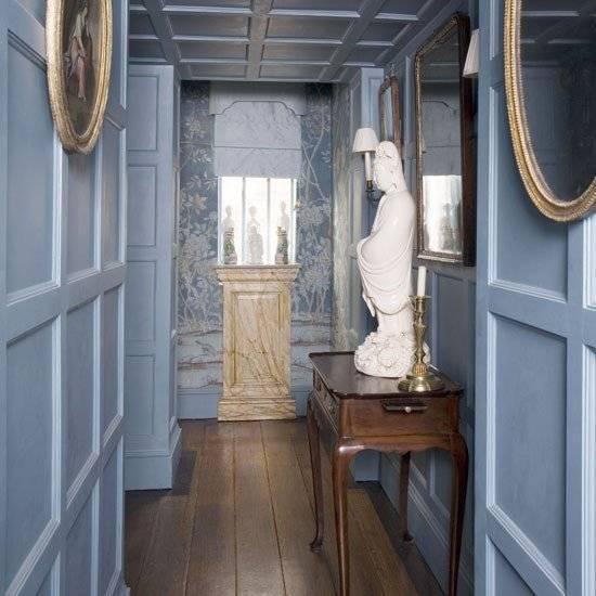 Деревянные панели и дорогой декор в коридоре