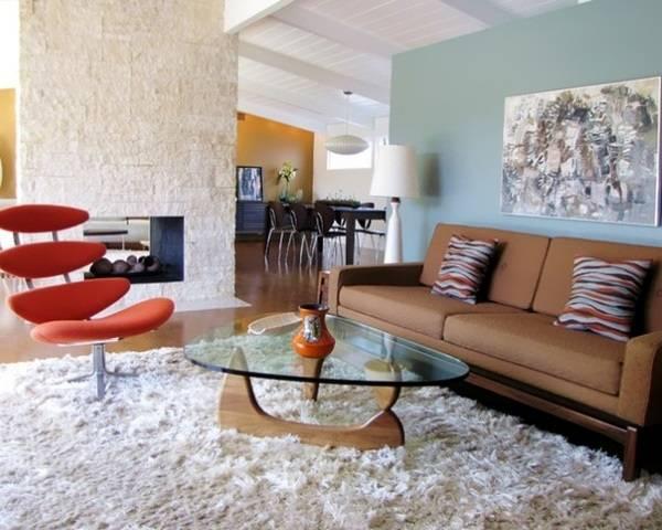 Красивая гостиная с серо-голубой стеной