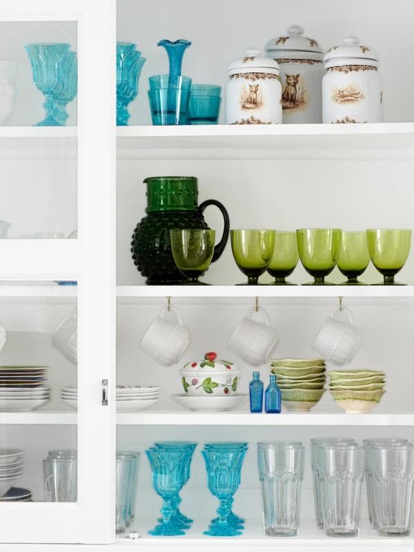 Красивая посуда на кухне