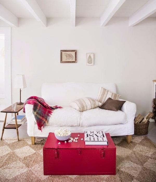 Красный столик в дизайне гостиной