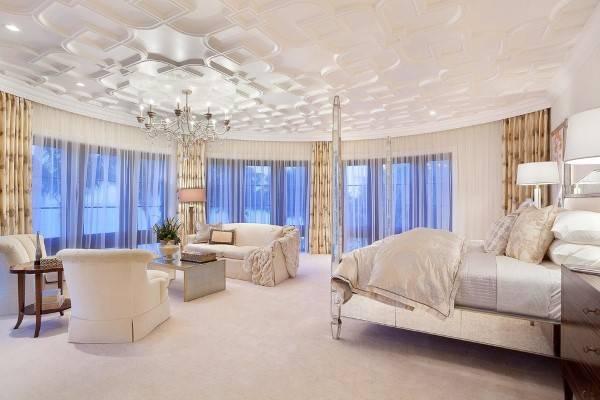Дизайн спальни с зеркальной кроватью и другими элементами