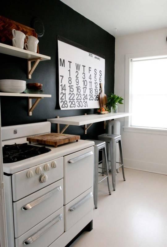 Черные стены и белая мебель на кухне