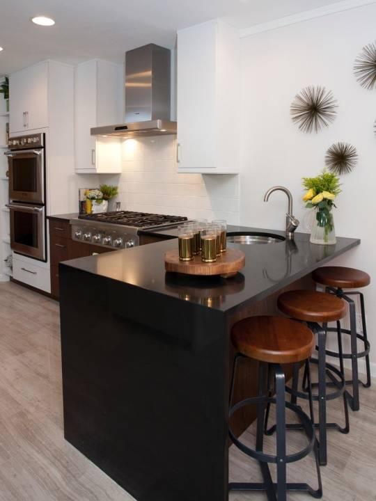 Черная барная стойка на небольшой кухне