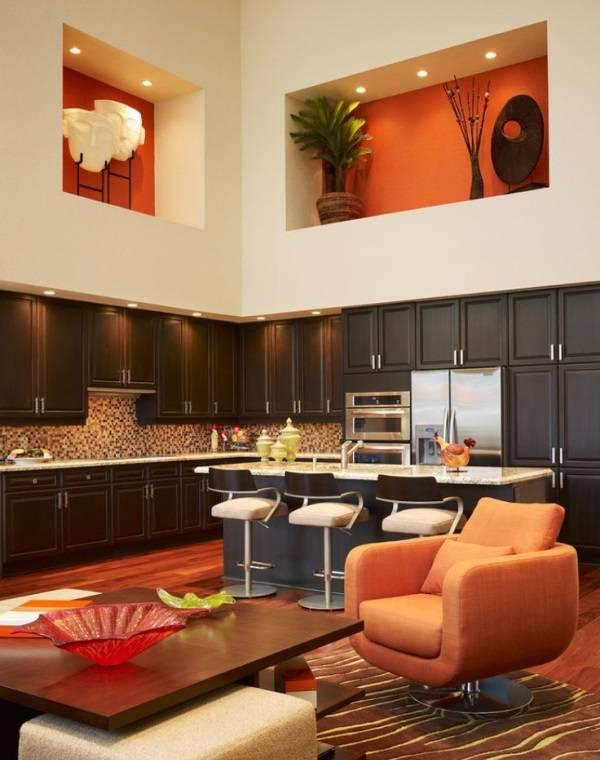 Кухня с высоким потолком и нишами под ним