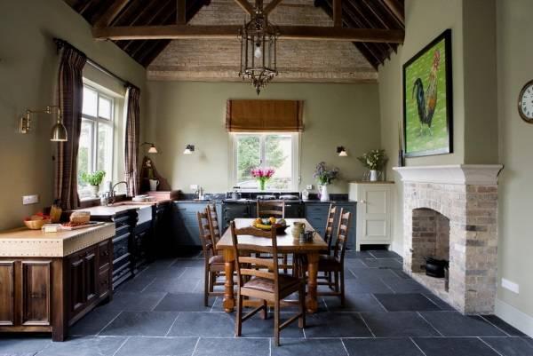 Кухня с темным полом в деревенском стиле