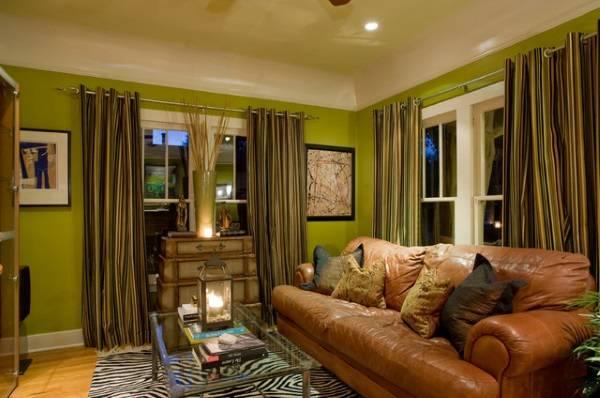 Небольшая гостиная с зелеными стенами
