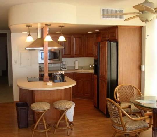 Открытая кухня с округлой барной стойкой