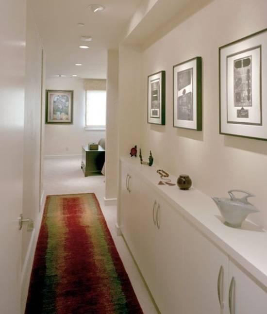 Узкая мебель и красивый декор в коридоре