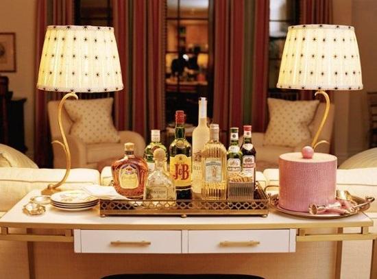 Мини-бар на столике в гостиной