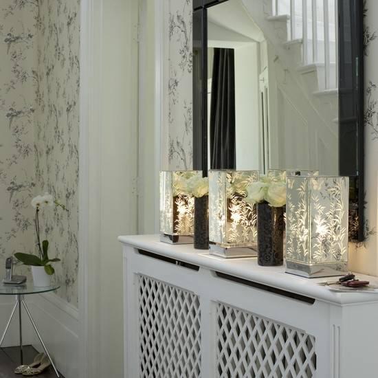 Консоль с настольными лампами в прихожей и коридоре