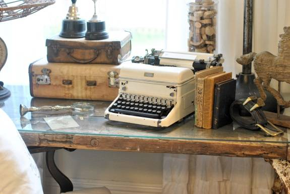 Декор в стиле винтаж: чемоданы, книги, печатная машинка