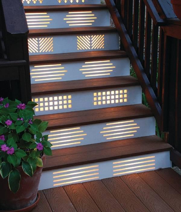 Красивая лестница с подсветкой в доме