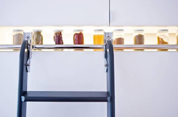 Узкая ниша с подсветкой в дизайне кухни