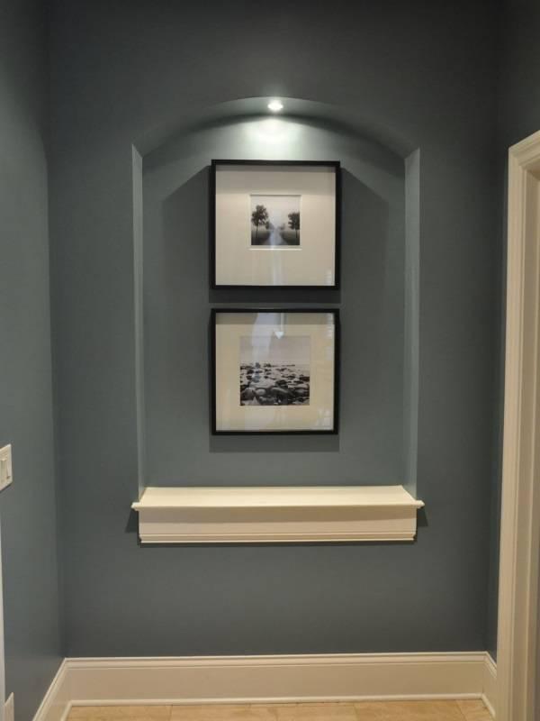 Ниша со встроенным светильником в коридоре