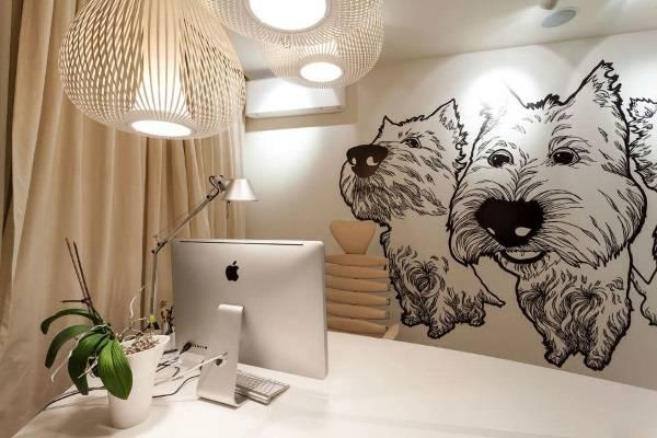 Изображение животных на стене в интерьере