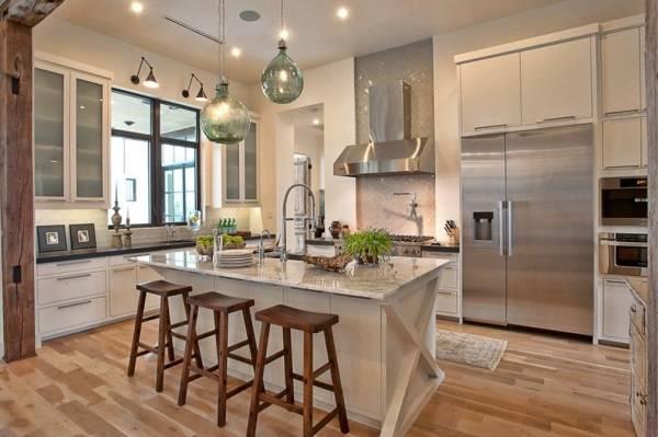 Дизайн кухни с хорошим освещением