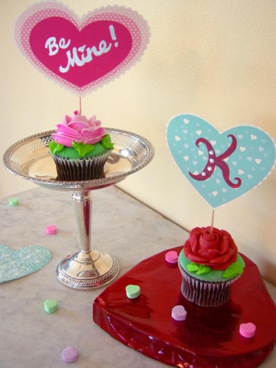 Пирожные с открытками ко Дню святого Валентина