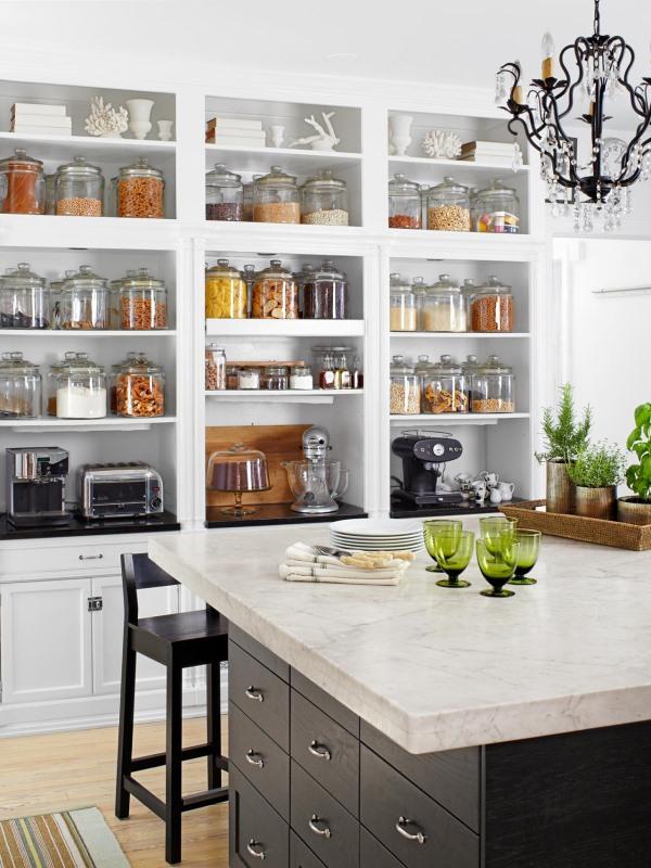 Открытые полки под потолок кухни