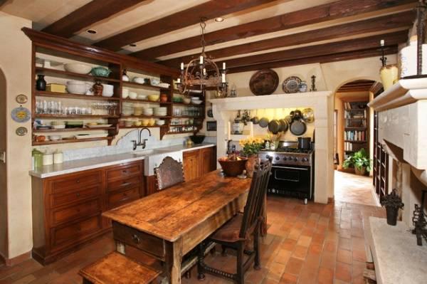 Открытые полки и яркая посуда в дизайне кухни