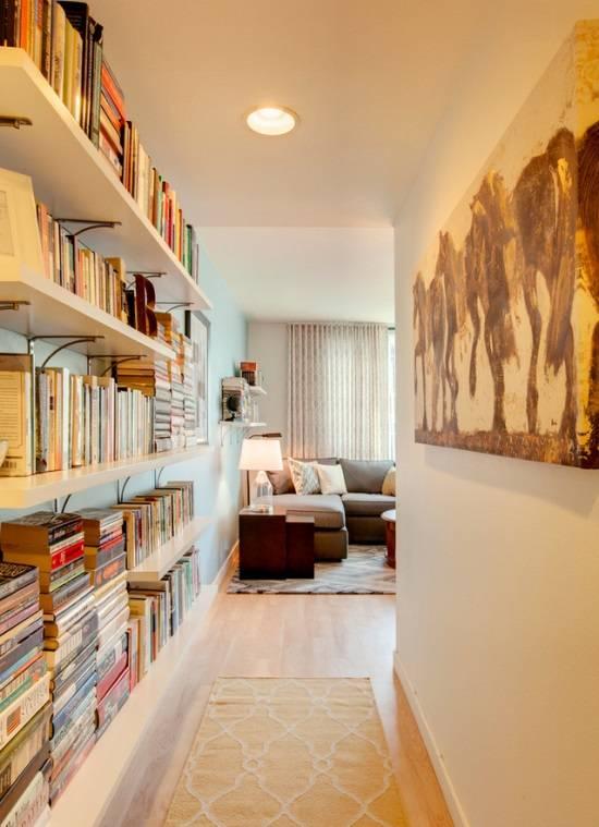 Открытые книжные полки в дизайне коридора
