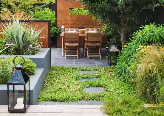 Дизайн сада с перегородками и плиткой на земле