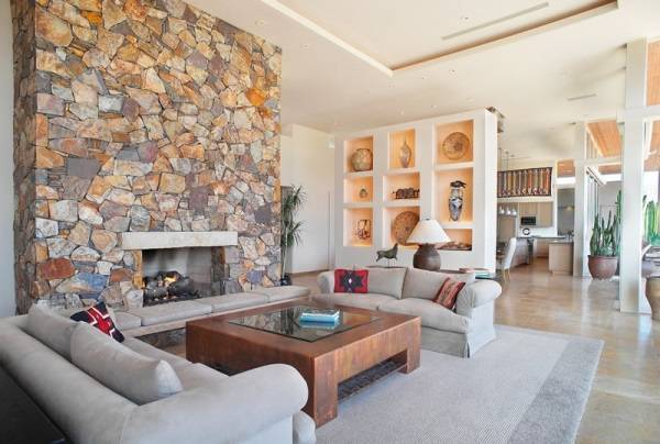 Камин и ниши для декора в гостиной