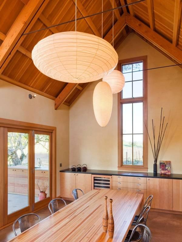 Разные подвесные светильники в дизайне кухни