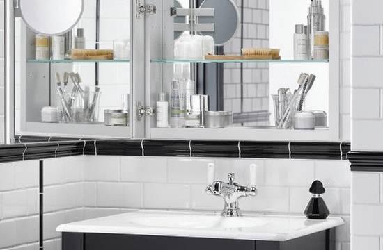 Маленькое зеркало на дверце шкафа в ванной