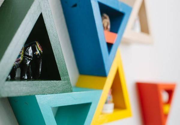 Полки из треугольников в интерьере
