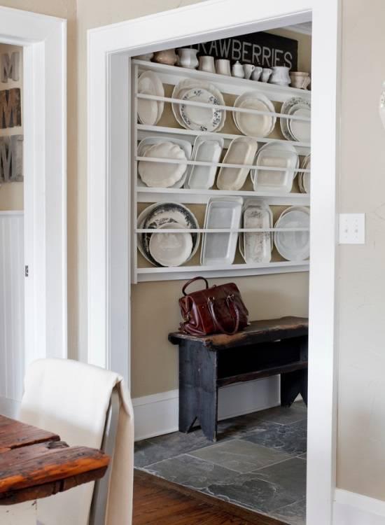 Красивые тарелки на стенах в интерьере