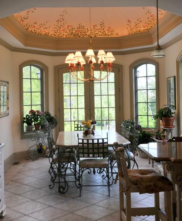 Фигурный потолок с подсветкой и люстрой