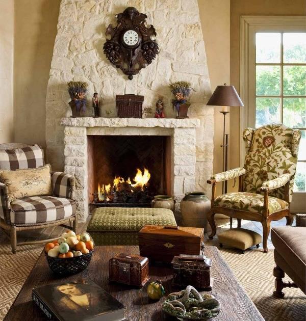 Дизайн гостиной с разными креслами возле камина