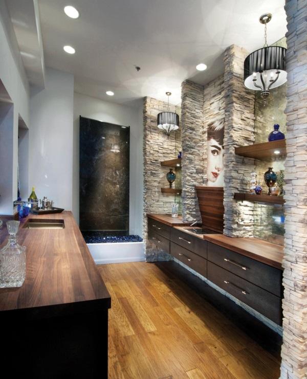 Роскошная ванная комната с люстрами и встроенными светильниками