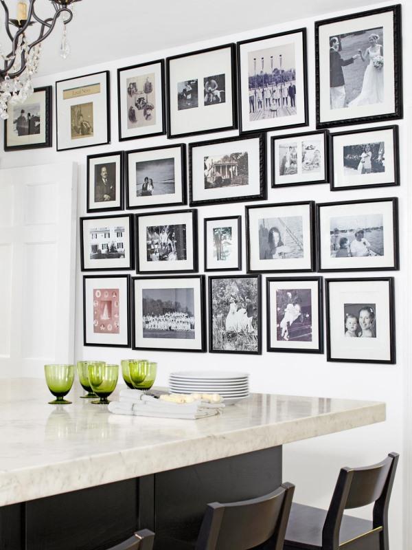 Фотографии в черных рамках на стене