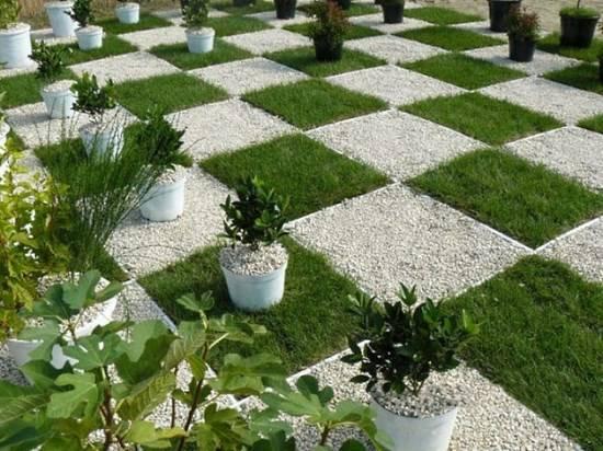 Шахматная доска в саду