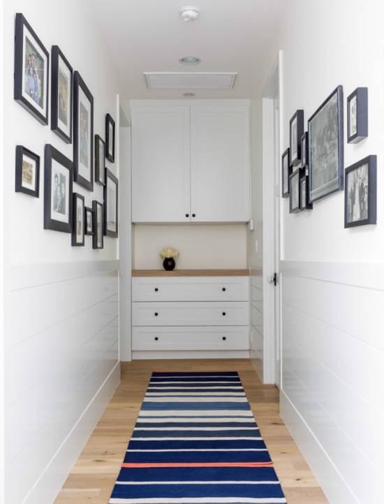 Фотографии на стенах и шкаф в конце коридора