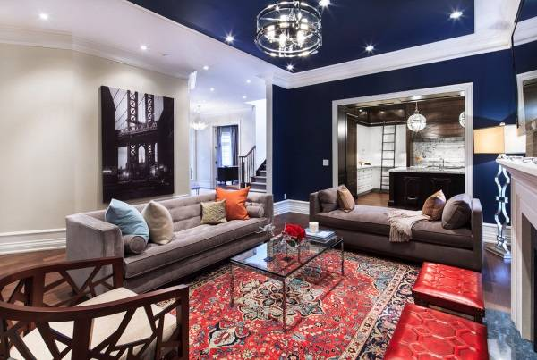 Синий цвет стен в гостиной