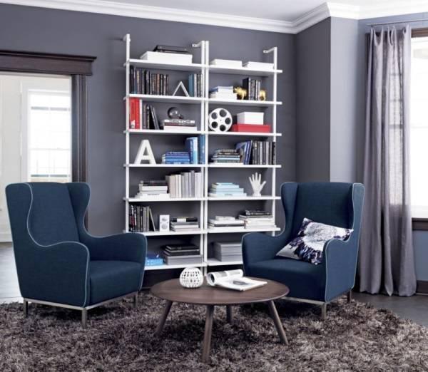 Дизайн комнаты с темными обоями и открытыми полками