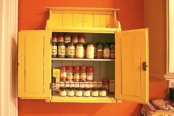 Шкафчик для специй на стене кухни