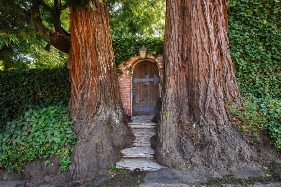 Сказочная дверь в дизайне сада