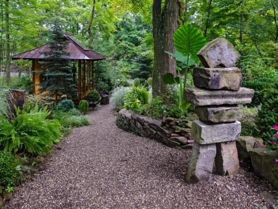 Украшение сада возле дома камнями