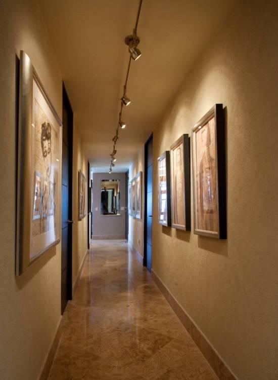 Спот-система светильников в коридоре