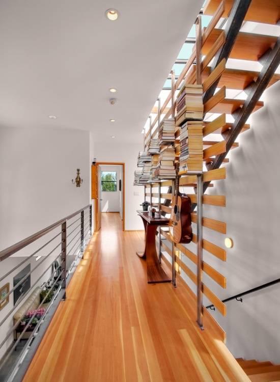 Узкий столик и книжные полки в коридоре