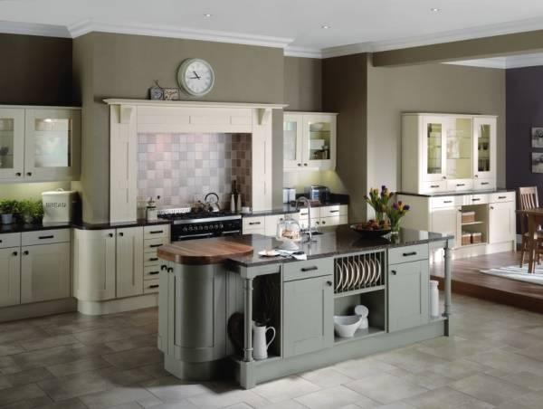 Стильный кухонный остров с удобными полками