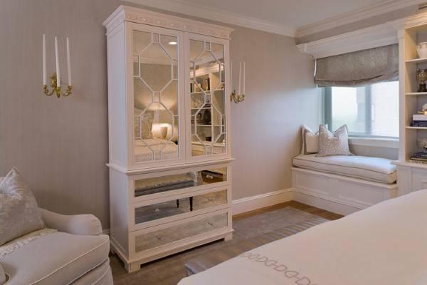 Шкаф с зеркальными дверцами и ящиками для спальни